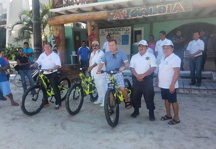 Entregaron las primeras bicicletas a los vigilantes ciudadanos. (Raúl Balam/SIPSE)