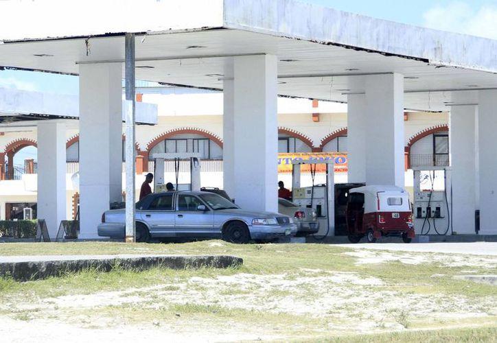 Los automovilistas han dejado de comprar gasolina en Chetumal por comprarla a mejor precio en Belice. (Harold Alcocer/SIPSE)
