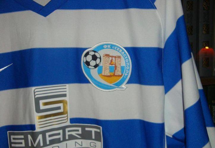 El club Sevastopol, cuya playera aparece en la imagen, podría integrarse a la liga de Rusia. (oldfootballtshirts.com)