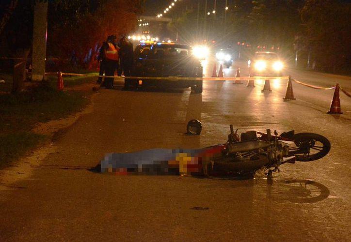 El cuerpo de inafortunado conductor de la motocicleta quedó tendido en el pavimento del anillo periférico de Mérida. (SIPSE)
