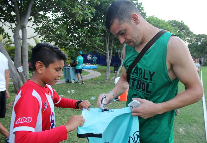 Durante la convivencia, los niños consiguieron la firma de autógrafos. (Raúl Caballero/SIPSE)