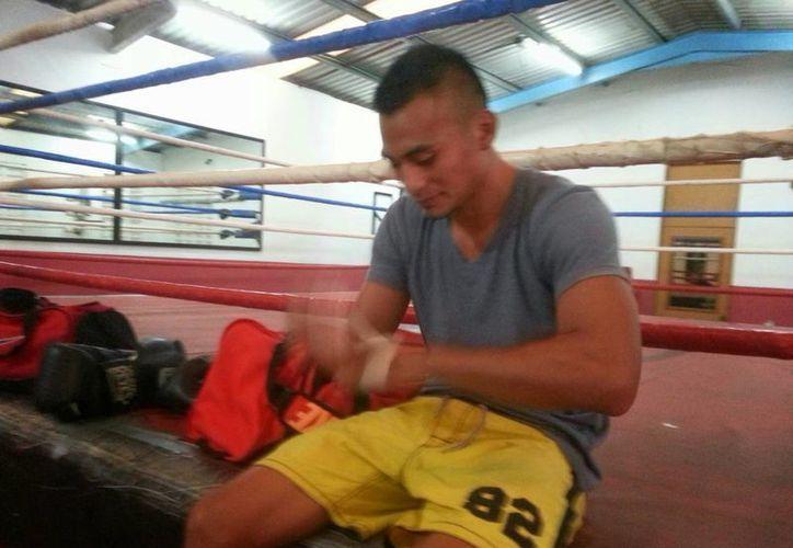 El boxeador vallisoletano Aarón Herrera, 'La Joya', se venda durante un entrenamiento previo al duelo frente a 'Maromerito' Páez. (William Sierra/Milenio Novedades)
