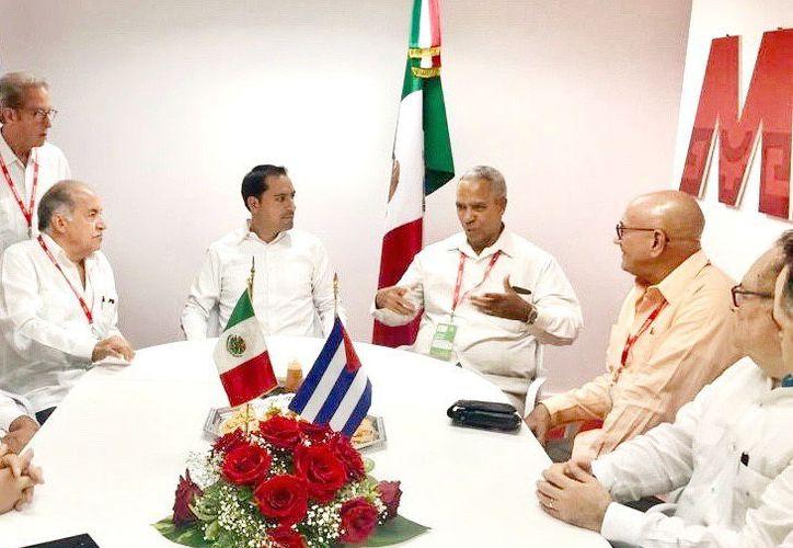 Mauricio Vila con diversos funcionarios cubanos.(Foto: Novedades Yucatán)