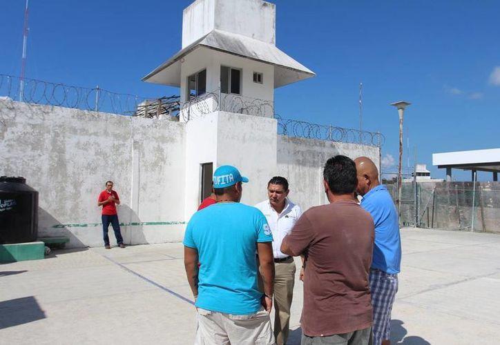Este miércoles el titular de la Dirección de Deporte visitó la cárcel municipal de la isla. (Cortesía)