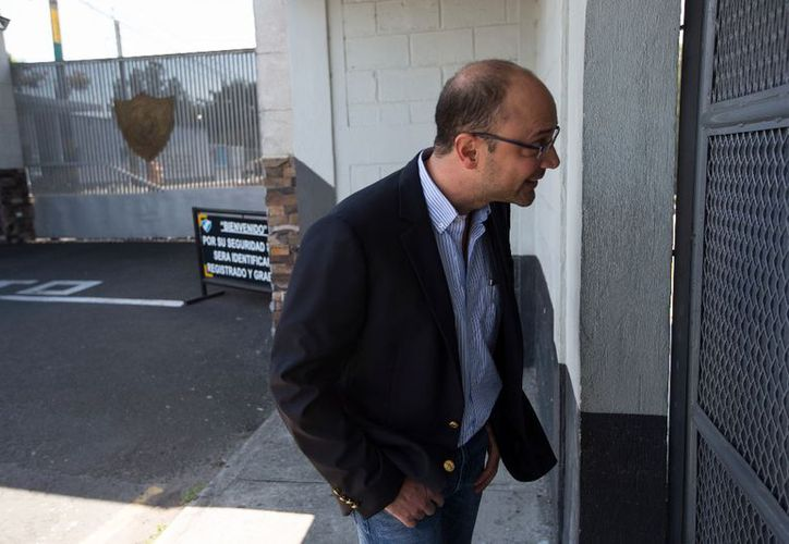 El abogado Rodrigo Sandoval espera le permitan el ingreso a la cárcel de Matamoros. (Ap/La Jornada)