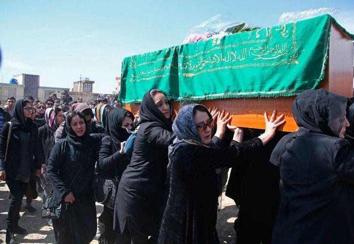 La explosión de una bomba al paso de un minibús causó la muerte de más de 10 personas en Afganistán, en un ataque que aún no tiene 'autor'. La foto no corresponde al hecho, sino al funeral de una víctima de otro atentado, y está utilizada solo como contexto. (AP)