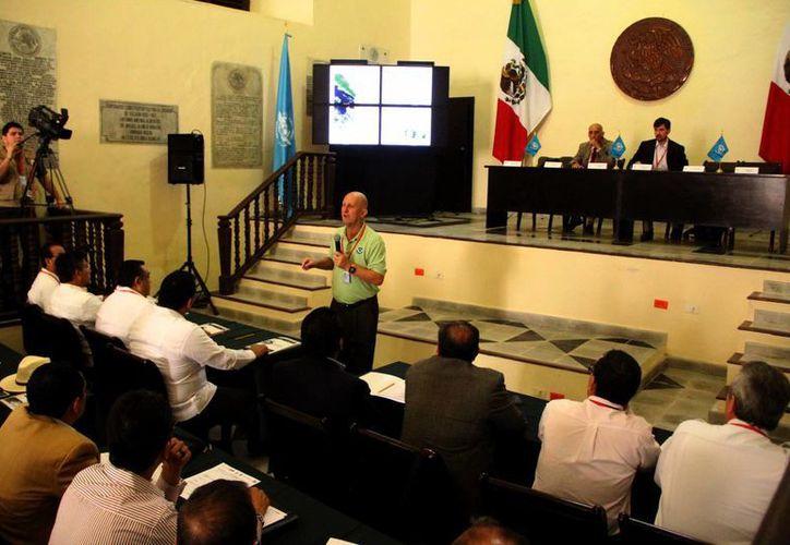 """Imagen del IX Seminario Internacional Huracanes 2014, cuyo tema fue """"Reactivación de los servicios aeroportuarios"""". (Milenio Novedades)"""