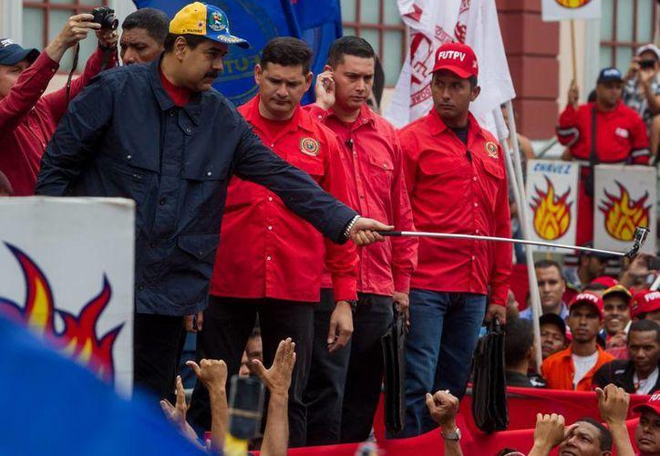 El presidente de Venezuela, Nicolás Maduro, participa en una manifestación con motivo del Día Internacional de los Trabajadores en Caracas. En el acto anunció un alza al salario mínimo. (EFE)