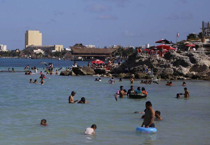 El domingo alrededor de cuatro mil personas visitaron los arenales. (Israel Leal/SIPSE)