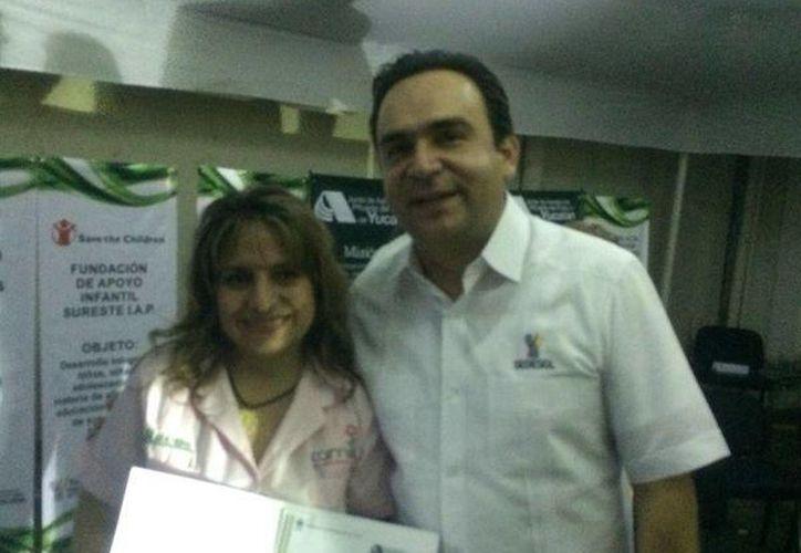 Nerio Torres Arcila, titular de Sedesol estatal, con Katy Esteban Abud, de la Asociación Camila. (Cortesía)