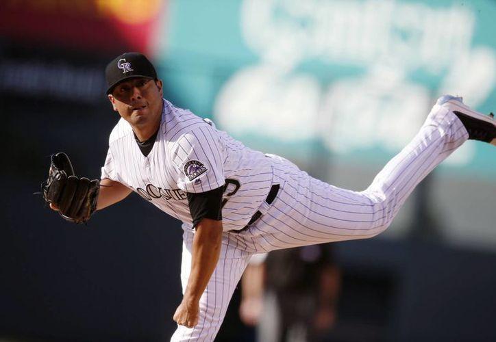 El pitcher mexicano Jorge de la Rosa, de los Rockies de Colorado, durante su participación en la primera entrada en el partido contra los Yankees de Nueva York. (Foto AP / David Zalubowski)