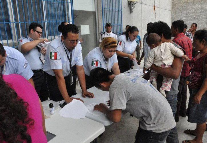 El personal del INM agilizó los trámites migratorios. (EFE)