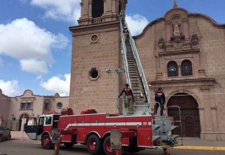 Rescatistas llegaron a la iglesia del Sagrado Corazón de Jesús, sin embargo, no pudieron evitar que la joven se aviente. (noticieroaltavoz.com)