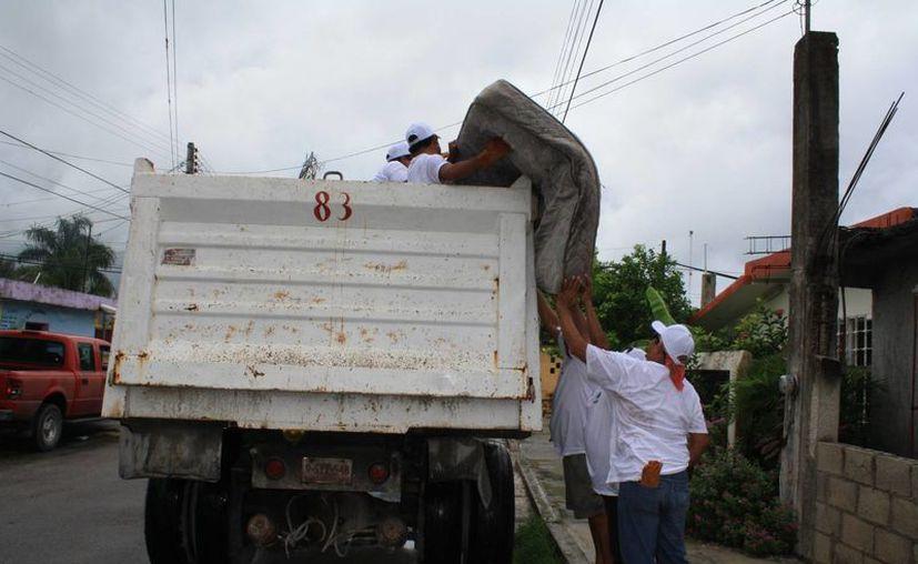 Recolección de objetos inservibles en las colonias de la isla. (Julián Miranda/SIPSE)