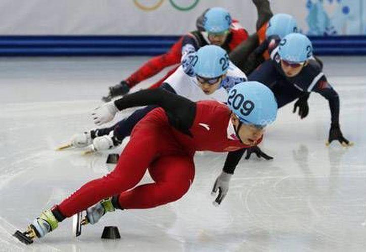 Zhou Yang (en primer plano) dejó atrás a la surcoreana Shim Suk-hee, que ganó plata, y a la italiana  Arianna Fontana. (chinadaily.com.cn)