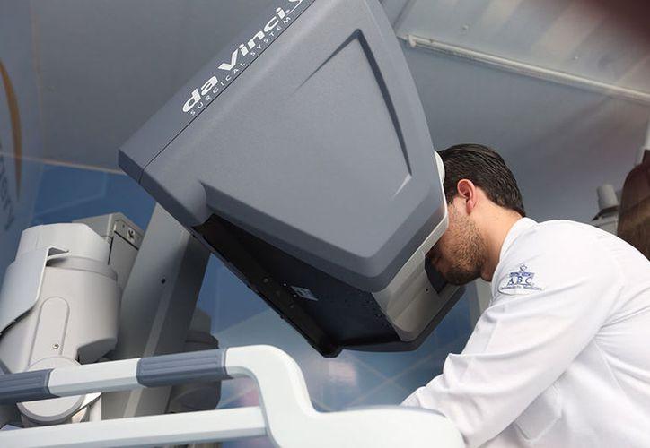 Los doctores participaron en el primer simposio de la Asociación Mexicana de Cirugía Robótica en el Hospital Ángeles. (excelsior.com)