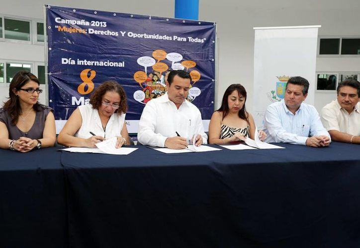 El alcalde Renán Barrera, encabezó la firma del Convenio. (SIPSE)