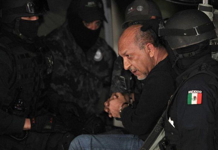 Imagen del momento en que Servando Gómez Martínez, 'La Tuta' es trasladado al penal del Altiplano. Su hijo, Luis Servando Gómez Patiño, fue condenado a 22 años de cárcel. (Archivo/AP)