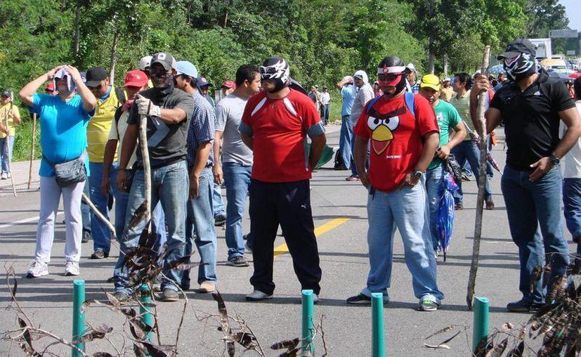 Los integrantes del movimiento se presentaron enmascarados para realizar el bloqueo. (Manuel Salazar/SIPSE)