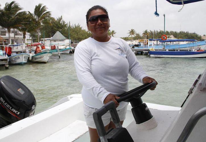 Olda Palma Domínguez desde hace cinco años se dedica a tratar con turistas. (Tomás Alvarez/SIPSE)