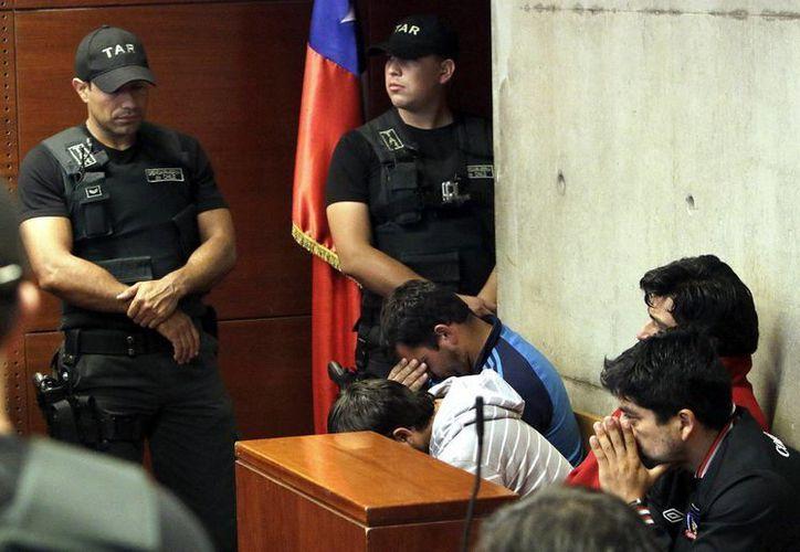 Los arrestado asisten a una audiencia preliminar de control de detención, en el Centro de Justicia de Santiago, Chile. (EFE)