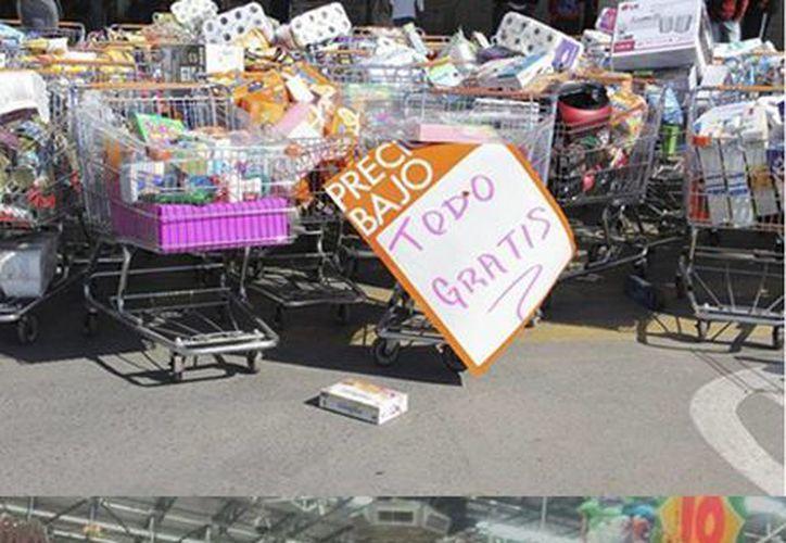 Los estudiantes se cubrieron el rostro durante los saqueos en las tiendas, donde sacaron la mercancía y la regalaron. (Fotos: facebook.com/ChilpancingoAlMinuto y Roberto Montesinos)