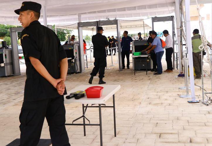 Dispositivos de seguridad a la entrada del recinto. (Jorge Acosta/SIPSE)