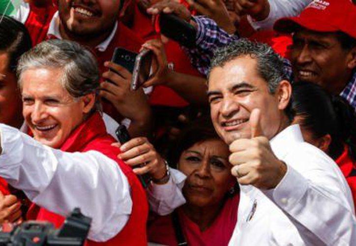 Los funcionarios convertidos en gestores utilizan vehículos oficiales para recoger despensas para repartir a los ciudadanos que deben reclutar. (Foto: Aristegui Noticias)