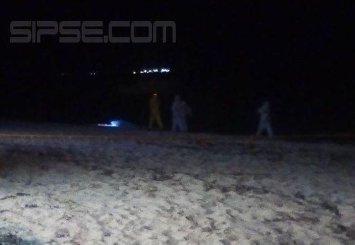 Agentes de la Semefo llegaron para el levantamiento del cuerpo. (Gerado Keb/ SIPSE)