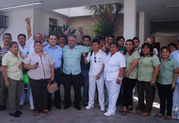 Jervis García durante su campaña entre los burócratas de Yucatán. (Cortesía)
