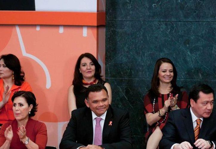 El gobernador yucateco Rolando Zapata (c) durante la ceremonia del Día Internacional para la Eliminación de la Violencia contra la Mujer, celebrado en la capital mexicana. (Foto cortesía del Gobierno de Yucatán)
