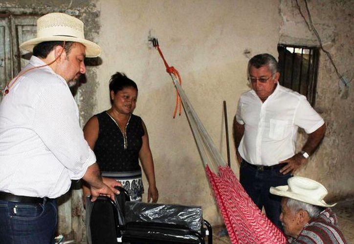 El legislador federal Francisco Torres con don Juventino Mass Ku, habitante de la comisaría Molas. (Foto cortesía de Francisco Torres)