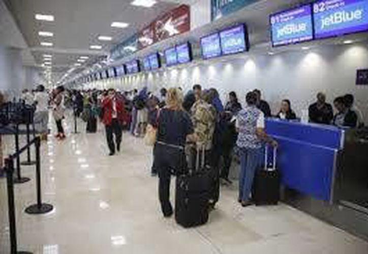 El aeropuerto de Cancún recibe a turistas de varios países. (Archivo/SIPSE)