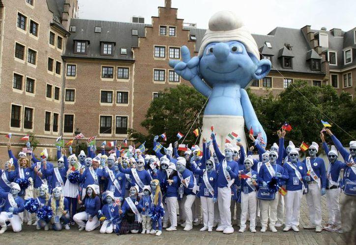 """Vistosa comitiva de """"embajadores pitufos"""" de 12 países que recorrió Bruselas, dentro de las celebraciones del segundo """"Día Mundial de los Pitufos"""". (EFE)"""