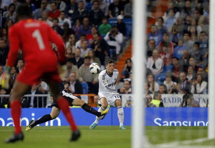 Los goles del Real Madrid fueron de Albiol, Cristiano, Oezil (foto), Benzema, Modric y Di María. (Agencias)