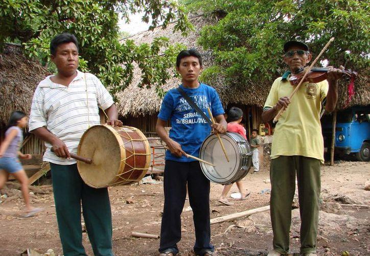 La música sagrada o maya pax, se utiliza por los lugareños del centro del estado para las celebraciones populares como gremios y procesiones. (Manuel Salazar/SIPSE)