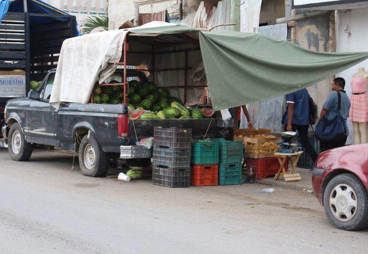 En toda la ciudad se han detectado personas que provienen de las comunidades rurales en busca de comercializar lo poco que producen. (Benjamin Pat/SIPSE)