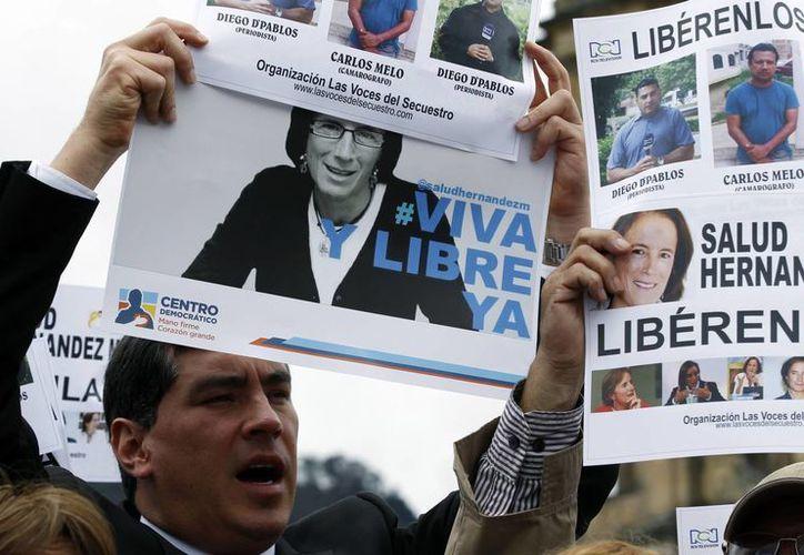 Un hombre grita consignas durante una manifestación para exigir la liberación de la periodista española Salud Hernández y los corresponsales de Noticias RCN Diego D'Pablos y Carlos Melo desaparecidos en el noreste de Colombia. (EFE)