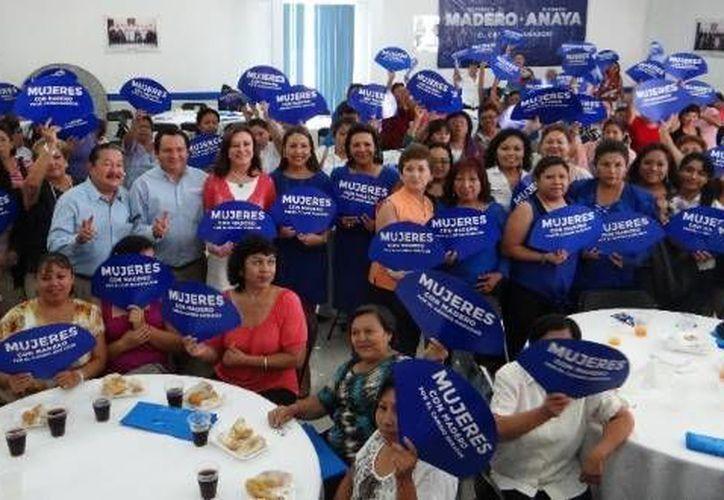 Reunión de mujeres que apoyan a Madero, en el comité municipal del PAN en Mérida. (SIPSE)