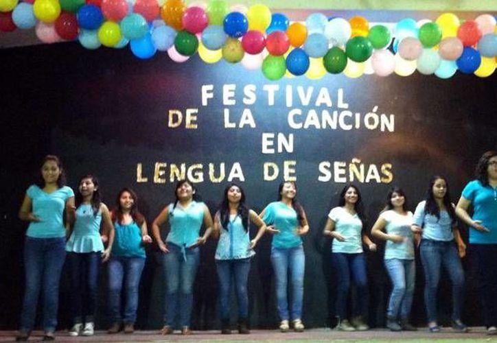 Imagen del Primer Festival de la Canción en Lengua de Señas Mexicanas en México en el Instituto Comercial Bancario. (Milenio Novedades)