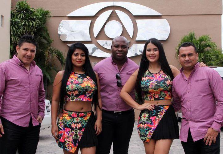 La agrupación está de gira para dar a conocer su primera producción. Imagen de la visita de Cumbia Benavides a las instalaciones de SIPSE. (Milenio Novedades)