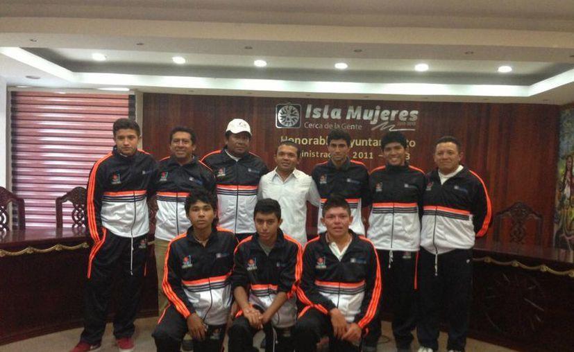 Los jóvenes deportistas y el alcalde. (Lanrry Parra/SIPSE)