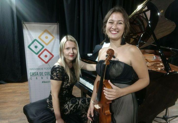 El público pudo apreciar la sensibilidad musical de la pianista y la violinista. (Faride Cetina/SIPSE)