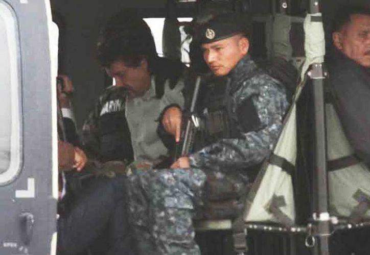 <i>El Chapo</i> Guzmán al momento de ser trasladado al penal de Altiplano. (Notimex)