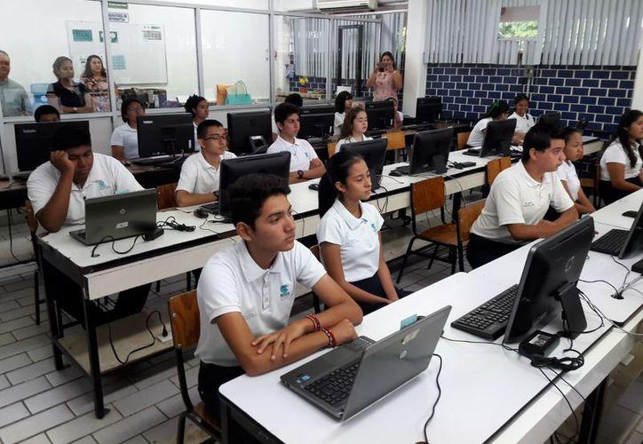 Los estudiantes del colegio de Bachilleres de Q. Roo presentaron una prueba e línea con duración de cuatro horas. (Joel Zamora/SIPSE)