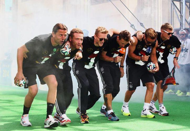 Algunos jugadores de la Selección de Alemania se compararon con sus rivales de Argentina durante la celebración en Berlín por la obtención de la Copa Mundial. (Foto: AP)
