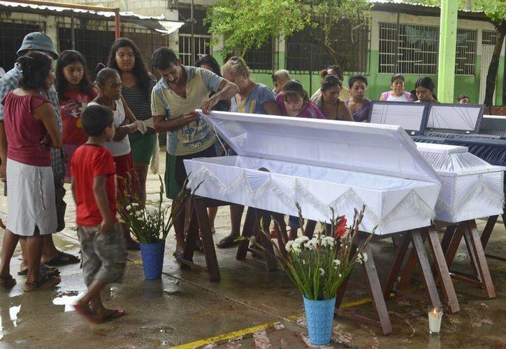 Muchas familias mexicanas lloran a sus muertos por las lluvias que existen en casi todo el país. (Agencias)