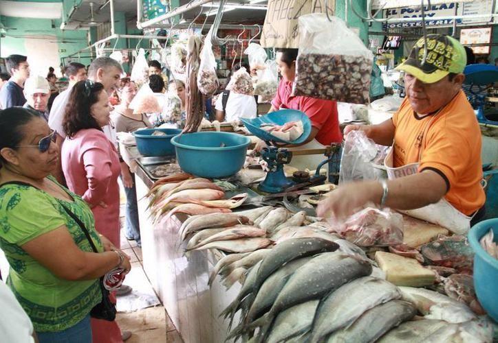 Las alzas que se han presentado alcanzaron a los pescados y mariscos. (Foto: archivo/SIPSE)