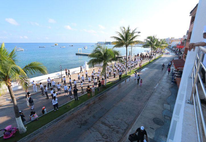 Aproximadamente dos mil 600 personas participaron en el desfile cívico militar en Cozumel. (Gustavo Villegas/SIPSE).