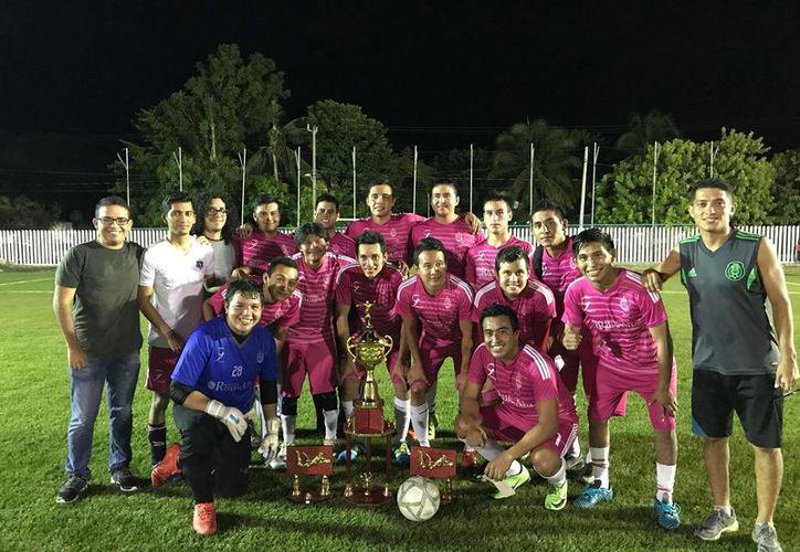Los flamantes campeones posan orgullosos con el trofeo que los acredita como los mejores. (Miguel Maldonado/SIPSE)